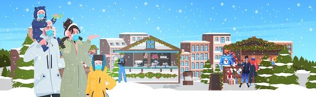 Семья гуляет на рождественской ярмарке люди в масках для предотвращения пандемии коронавируса зимние праздники концепция празднования городской фон горизонтальная векторная иллюстрация
