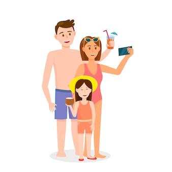 Семья с маленькой дочкой делает селфи на пляже