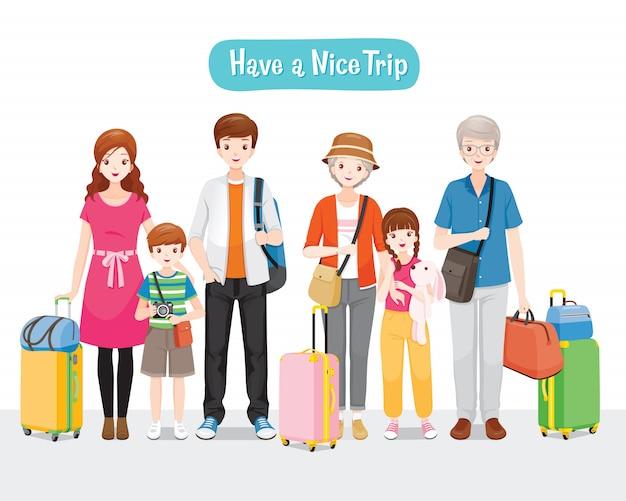 一緒に旅行のために立っている荷物を持つ家族