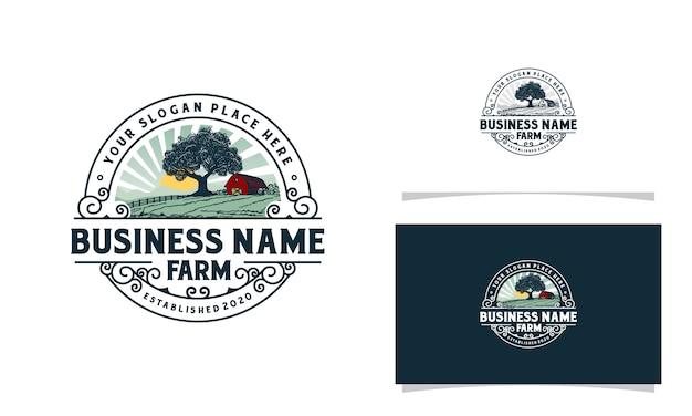 Логотип фермы с восходом солнца в горах и иллюстрацией дерева