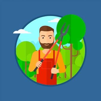 庭で剪定を持つ農家。