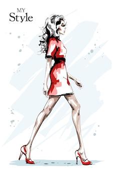 Девушка моды в красном платье