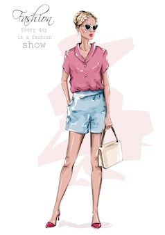 Девушка моды с сумкой