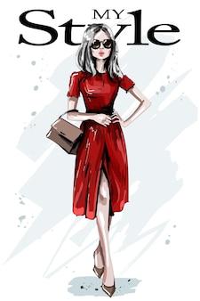 Женщина моды в красном платье.