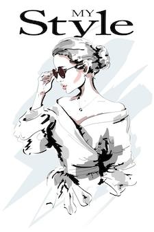 Женщина моды в солнечных очках.