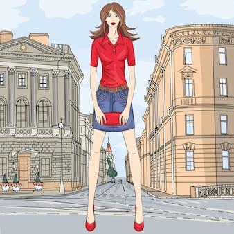 サンクトペテルブルクの通りの短いスカートとクラッチバッグのファッショナブルな魅力的な女の子