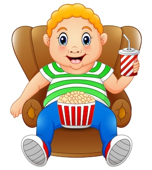팝콘과 의자에 앉아 마시는 뚱뚱한 남자