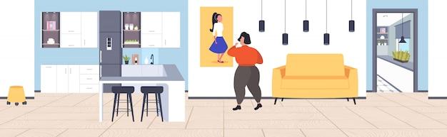 太りすぎの女性の減量の動機付けの肥満の概念のモダンなリビングルームのインテリアの画像に薄い魅力的な女の子を見て脂肪肥満女性