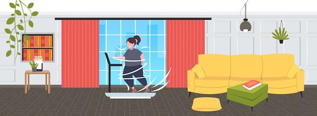 Толстый толстый женщина работает на беговой дорожке негабаритных толстый девушка кардио тренировки потеря веса концепция современная гостиная горизонтальный полная длина
