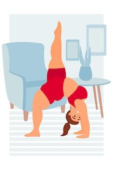 뚱뚱한 여자는 집에서 요가 아사나 요가를 연습합니다. 건강한 생활 방식과 영양 스포츠 및 피트니스