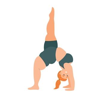 Толстая женщина занимается йогой, спортом и фитнесом, девушка занимается асанами, позы йоги
