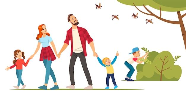 아버지, 어머니, 아이들이 숲을 여행하고 있습니다.