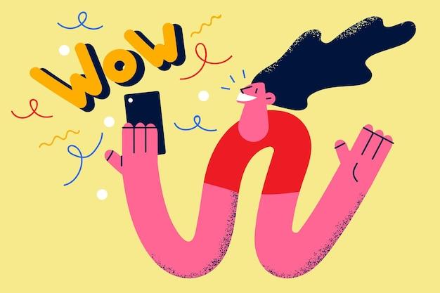 Чувство удивления от концепции информации в интернете. молодой улыбающийся женский мультипликационный персонаж, чувствуя себя пораженным вау-буквами, глядя на экран смартфона, векторная иллюстрация