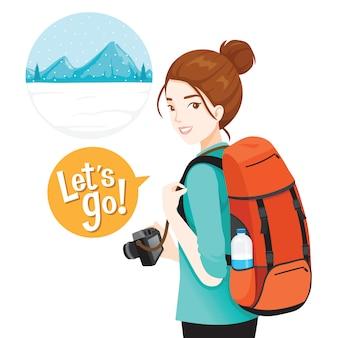 旅行のための荷物とカメラを持つ女性のバックパッカー旅行者