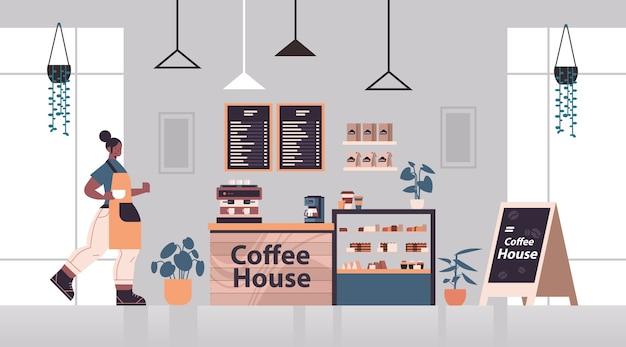 Женщина-бариста в униформе, работающая в кофейне, официантка в фартуке, подающая кофе, современный интерьер кафе горизонтальная полная длина векторная иллюстрация