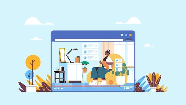 Женщина-блогер вязание шарфа запись онлайн-видеоблог в прямом эфире концепция ведения блога девушка-блогер в окне веб-браузера интерьер гостиной горизонтально