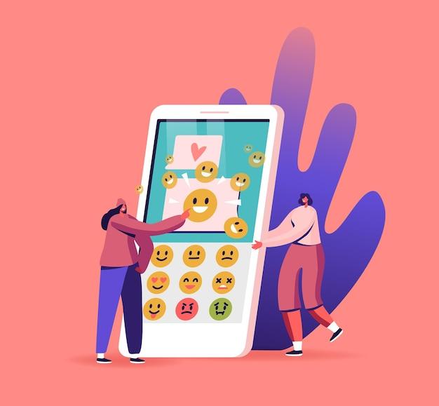 휴대 전화로 문자 메시지를 보내는 여성 캐릭터. sms 및 이모티콘 미소를 보내는 응용 프로그램이있는 거대한 스마트 폰의 작은 여성