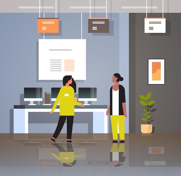 여성 컨설턴트 현대 기술 상점 인테리어 디지털 컴퓨터 노트북 스마트 폰 전자 기기 평면에서 전문가 조언 여자 고객을 제공합니다