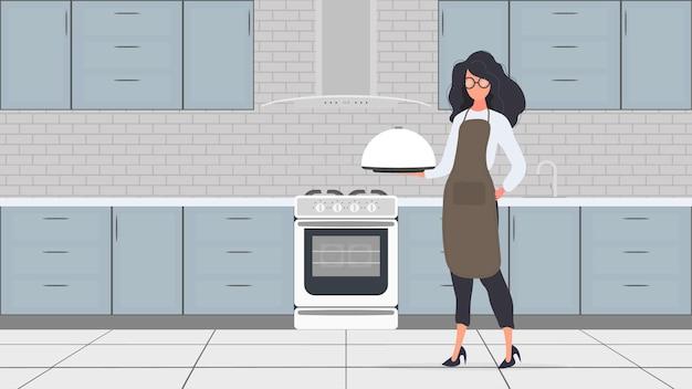 Повар держит в руке металлический поднос с круглой крышкой. девушка в кухонном фартуке. официантка. вектор.