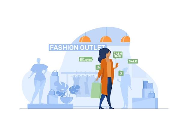 Cliente femminile in visita in outlet di moda. donna con il telefono cellulare e la borsa vicino all'illustrazione piana di vettore del display del negozio. shopping, vendita, concetto di vendita al dettaglio