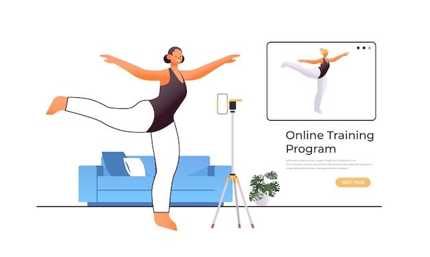 Танцовщица делает танцевальные упражнения во время просмотра онлайн-видео обучающей программы с концепцией тренировки учителя танцев
