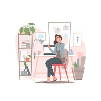 Женский дизайнер разговаривает по телефону с клиентом