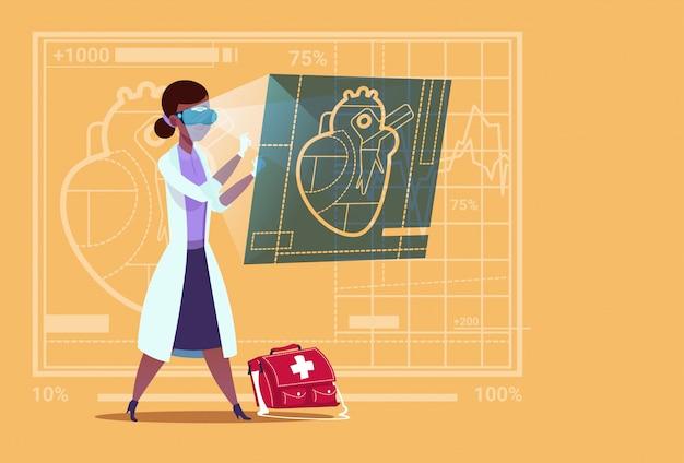 여성 의사 심장 전문의 디지털 심장 착용 가상 현실 안경 의료 클리닉 아프리카 계 미국인 노동자 병원 검사