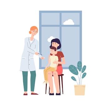 Женщина-врач делает прививку ребенку с родителями, делает прививку ребенку