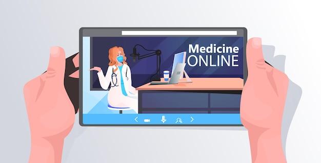 태블릿 화면에서 온라인 연설을하는 마스크의 여성 의사 코로나 바이러스 전염병 covid-19 싸움