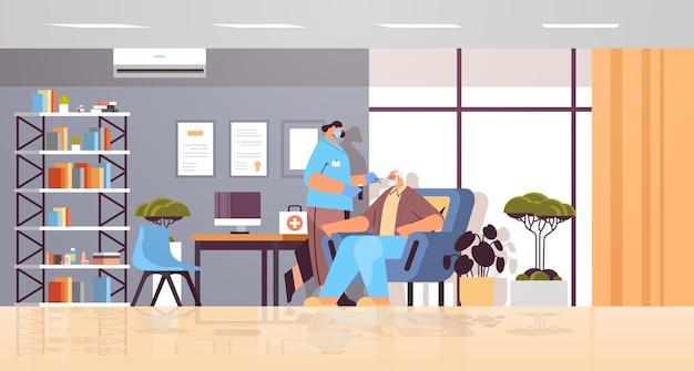 Женщина-врач в маске берет мазок на образец коронавируса у пожилого пациента, процедура пцр-диагностики, концепция пандемии covid-19, интерьер клиники, полная длина, горизонтальная векторная иллюстрация