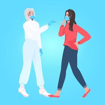 Женщина-врач в маске берет мазок на образец коронавируса у женщины-пациента, процедура пцр-диагностики