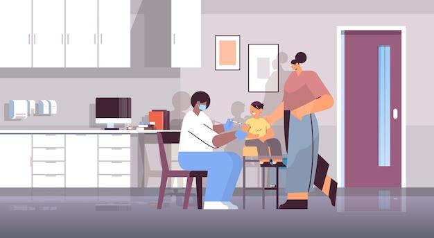마스크를 쓴 여성 의사가 코로나바이러스 백신 개발 개념 수평 전체 길이 벡터 삽화에 대항하여 어린 아이 환자와 싸우는 백신을 접종합니다.