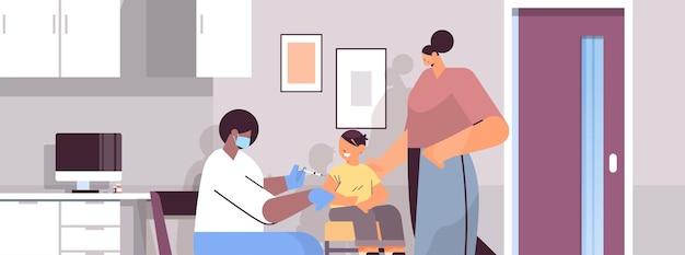 コロナウイルスワクチン開発コンセプト水平肖像画ベクトル図と戦う小さな子供患者にワクチン接種マスクの女性医師