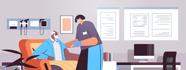 Женщина-врач в маске вакцинирует старого пациента практикующий делает инъекцию старшему мужчине борьба с коронавирусом концепция разработки вакцины клиника интерьер портрет горизонтальная векторная иллюстрация
