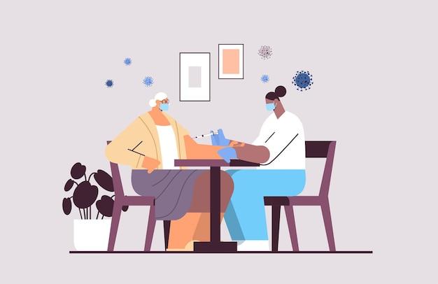 Женщина-врач в маске вакцинирует пожилую женщину-пациента борьба с коронавирусом концепция разработки вакцины полная горизонтальная векторная иллюстрация