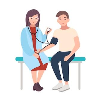 Женщина-врач или медицинский консультант сидит на скамейке в больнице и измеряет артериальное давление пациента-мужчины
