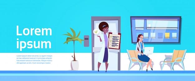 검사 결과 보여주는 여성 의사
