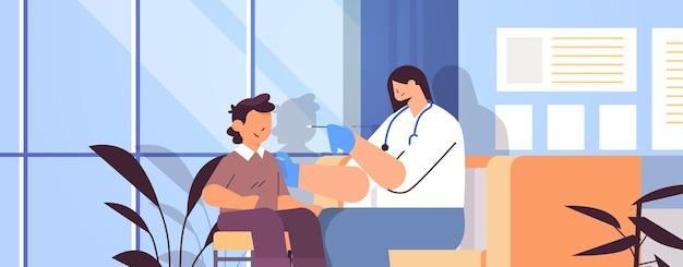 어린 소년 환자 pcr 진단 절차 covid-19 전염병 개념 클리닉 내부 초상화 수평 벡터 삽화에서 코로나바이러스 샘플에 대한 면봉 검사를 받는 여성 의사