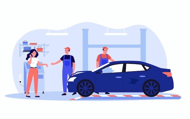 자동 서비스에서 여성 운전자와 부서진 차. 정비공과 이야기하는 여성, 손상된 차량 평면 벡터 삽화를 검사하는 작업자. 배너, 웹 사이트 디자인 또는 방문 웹 페이지에 대한 자동차 수리 개념