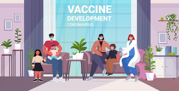 コロナウイルスワクチン開発コンセプトリビングルームインテリア全長水平イラストと戦うためにマスクで小さな男の子の患者に予防接種をする女性のかかりつけ医