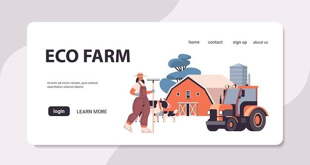 Женщина-фермер в униформе держит грабли эко сельское хозяйство концепция сельского хозяйства горизонтальная целевая страница полная копия пространства векторные иллюстрации