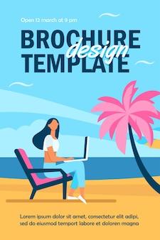 海のビーチのチラシテンプレートでラップトップを介して作業している女性のフリーランサー