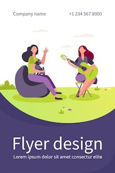 Подруги и домашнее животное отдыхают на открытом воздухе. женщины играют на гитаре и поют на открытом воздухе плоский флаер шаблон
