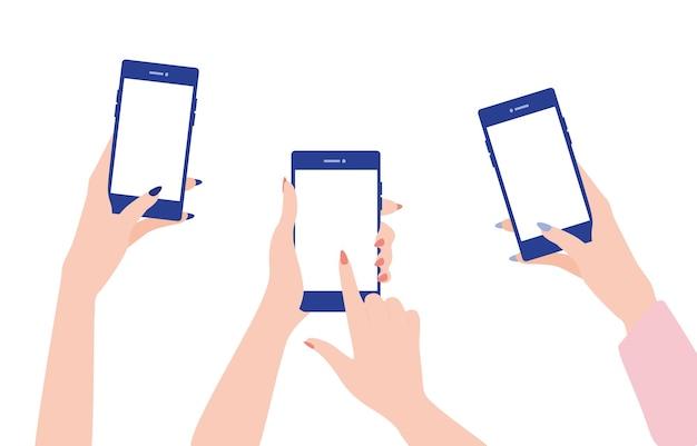 Женские руки держат мобильные телефоны, а их пальцы касаются экранов.