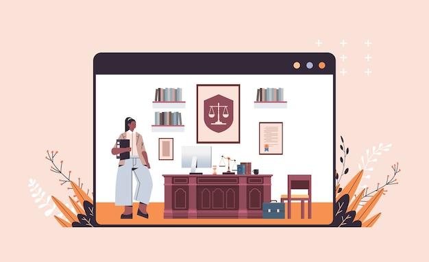 Женщина-юрист, стоящая рядом на рабочем месте, юридический совет и концепция правосудия, современный офисный интерьер, полная горизонтальная копия пространства, векторная иллюстрация
