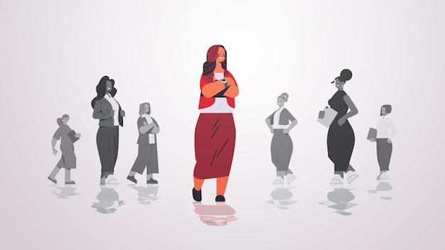 기업인 그룹 여성 팀 리더십 비즈니스 경쟁 개념 가로 그림 앞에 서있는 여성 지도자