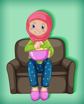 Женский мусульманский мультяшный персонаж ест попкорн