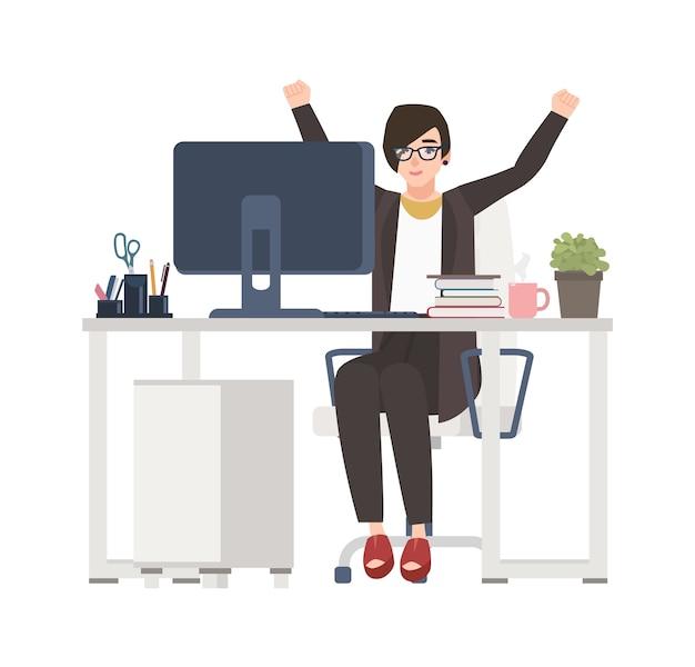 Женский офисный работник или менеджер сидит за столом и радуется