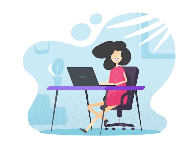 Женский человек работает и учится в домашнем офисе, сидя на столе