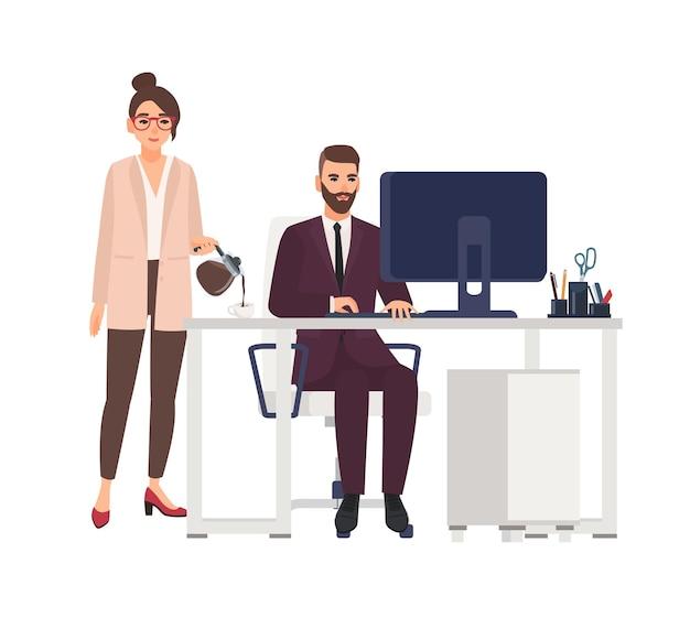 책상에 앉아 컴퓨터에서 작업하는 남성 보스의 컵에 여성 개인 비서 포링 커피. 남성 및 여성 전문가 또는 동료.